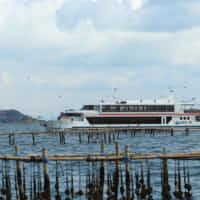 遊覧船と牡蠣の養殖